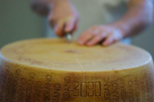 Apertura forma di Parmigiano Reggiano