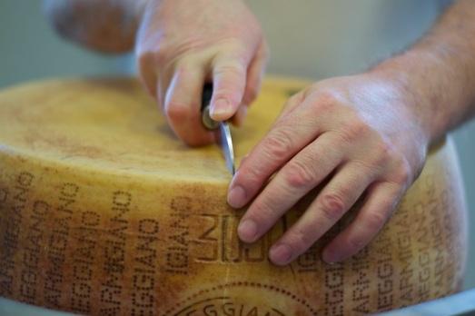 Apertura forma di Parmigiano