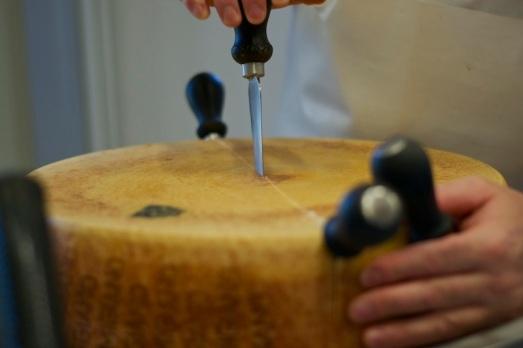 Aprire forma di Parmigiano. Reggiano